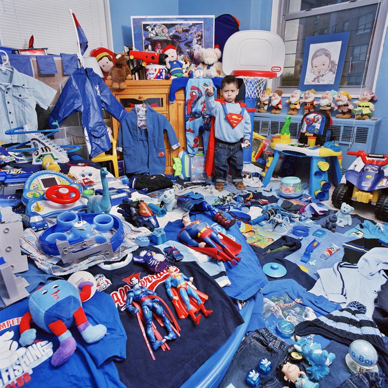 chłopiec dookoła niebieskich zabawek