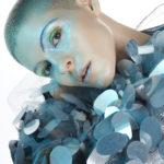 Portret dziewczyny z krótkimi włosami w futurystycznym swetrze