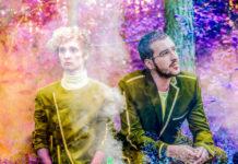 Kolorowe zdjęcia z dodaną kolorową mgłą, na którym jest dwóch mężczyzn