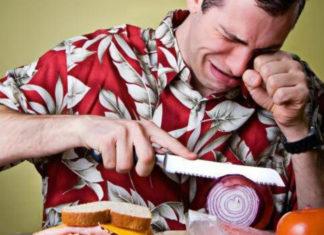 Mężczyzna płaczący nad cebulą