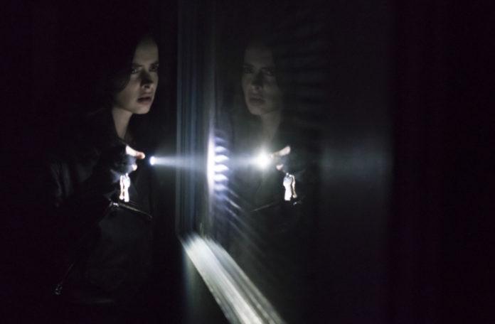 Dziewczyna z latarką w ciemnym pomieszczeniu