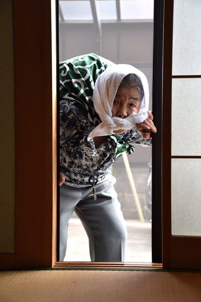 Starsza kobieta wchodząca do budynku