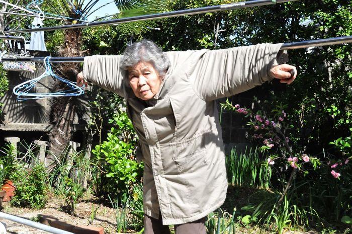 Starsza kobieta wisząca na sznurki od prania