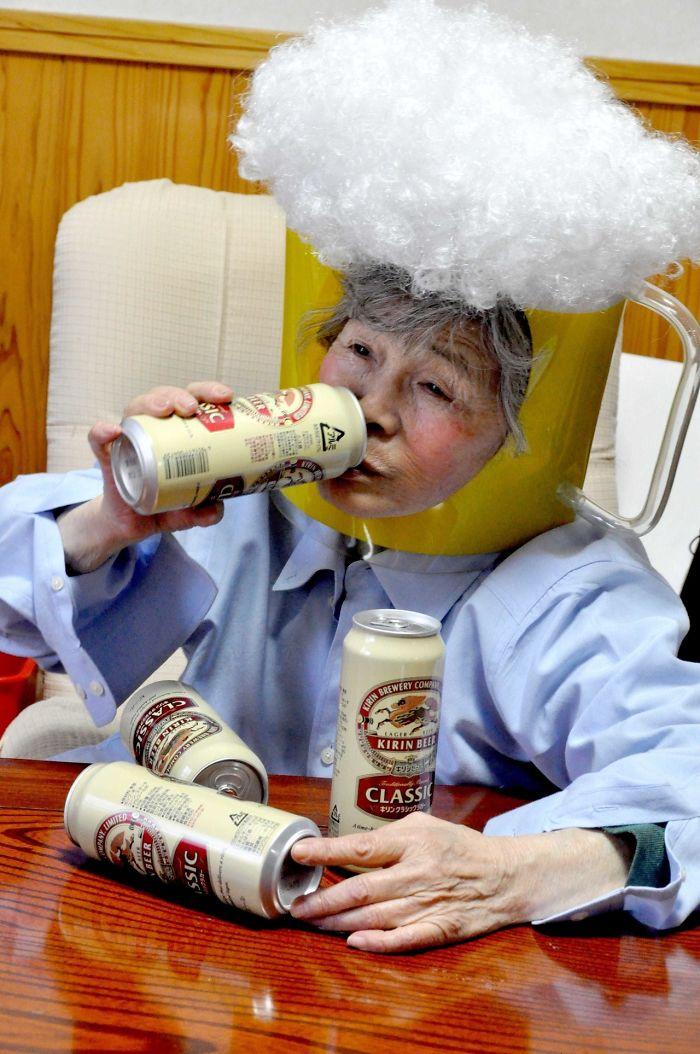 Starsza kobieta z puszkami piwa