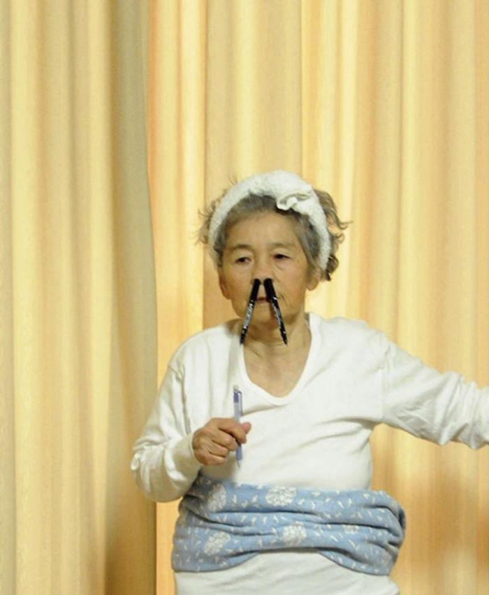 Starsza kobieta z długopisami w nosie