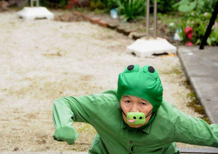 Starsza kobieta przebana za żabę