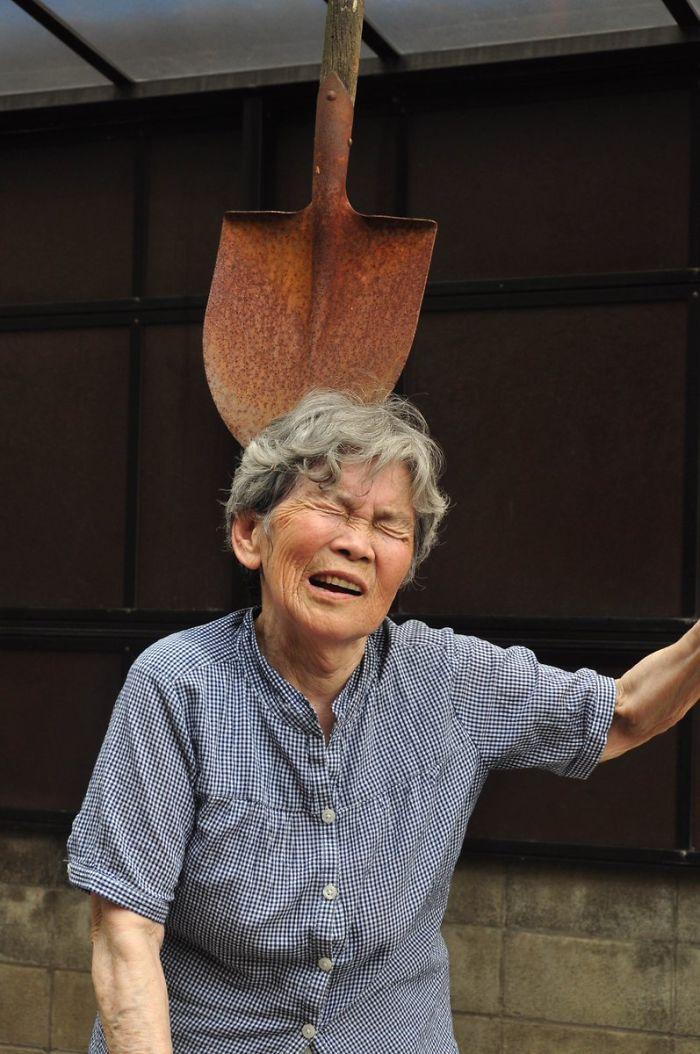 Starsza kobieta z łopatą na głowie