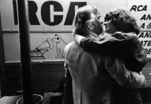 Czarno-białe zdjęcie przytulającej się pary