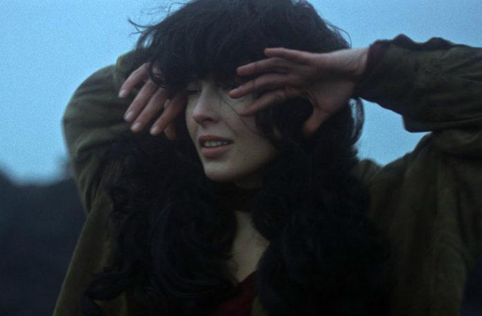 Kobieta z dłońmi na twarzy