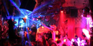 Sala klubowa pełna ludzi