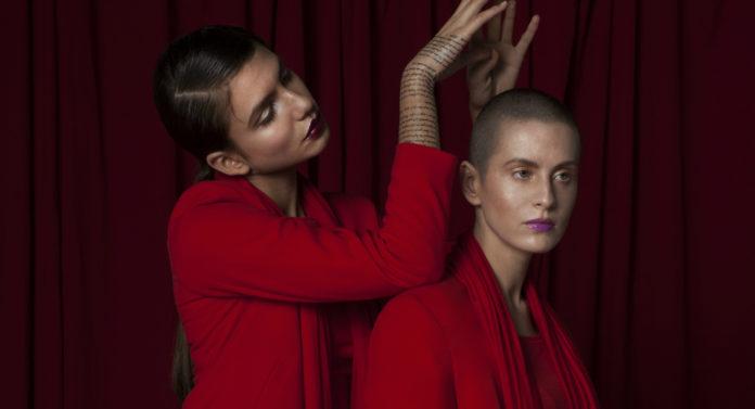 Dwie dziewczyny ubrane na czerwono na czerwonym tle
