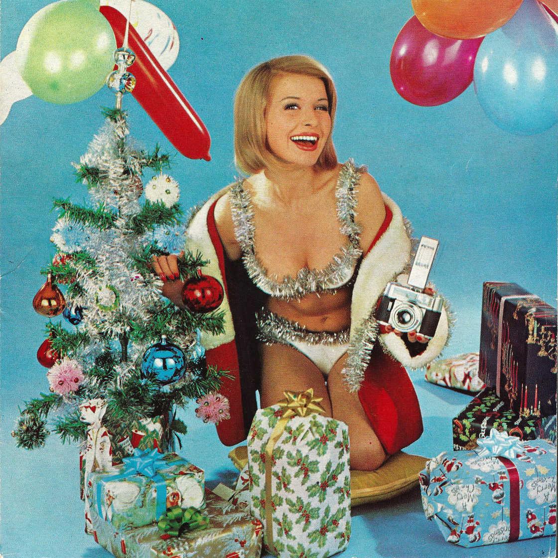 Półnagie modelki w świątecznych dekoracjach