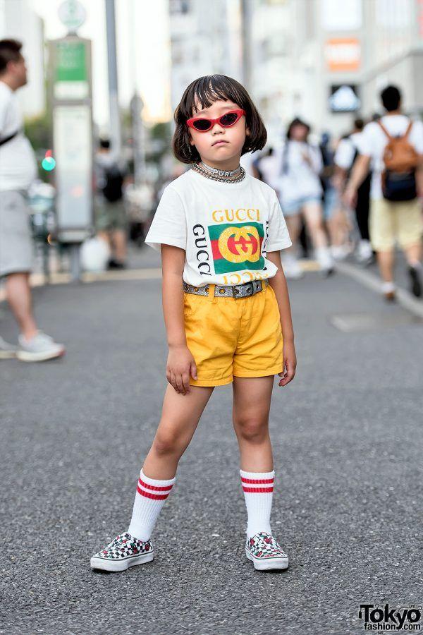 Azjatyckie dziecko stojące na ulicy w okularach przeciwslonecznych