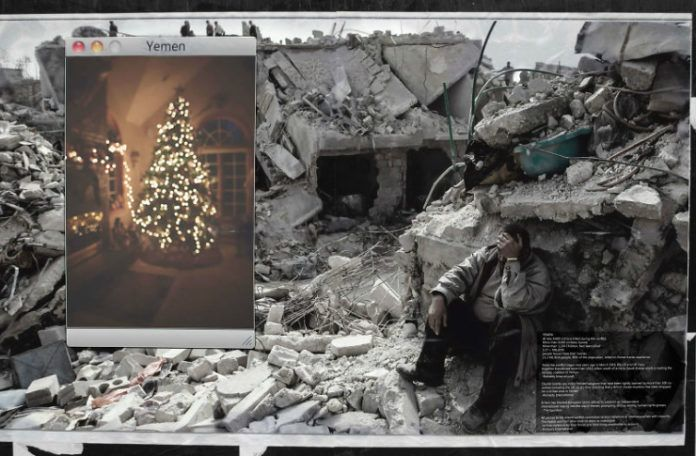 Zdjęcie ruin budynku i siedzącego w nich mężczyzny, a obok doklejona choinka