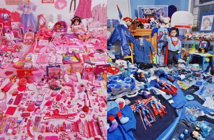 Dziewczyna siedząca wśród różowych zabawek i chłopiec dookoła niebieskich zabawek