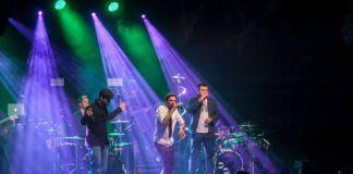Trzej mężczyzni stojacy na scenie