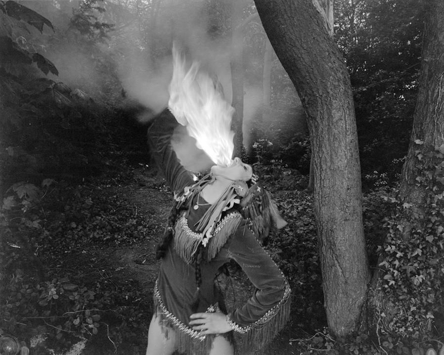 Kobieta ziejąca ogniem