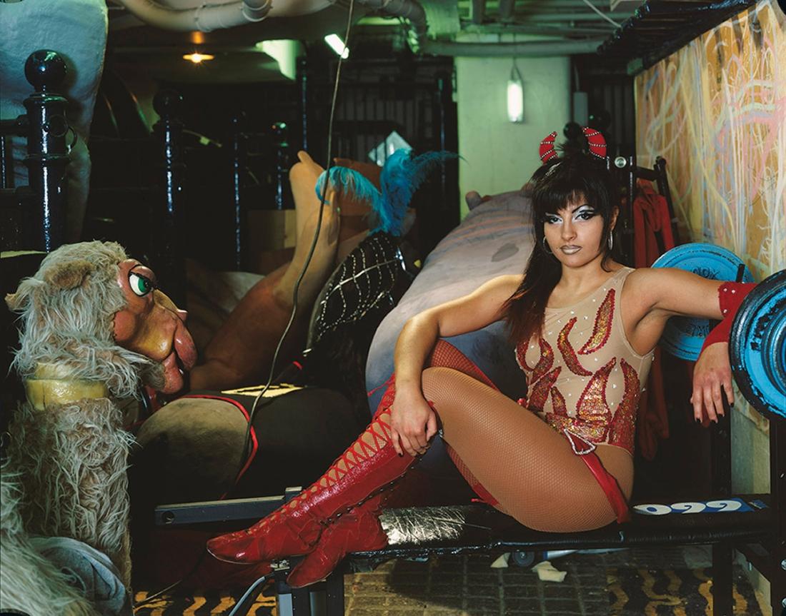 Kobieta w przebraniu siedząca za kulisami cyrku
