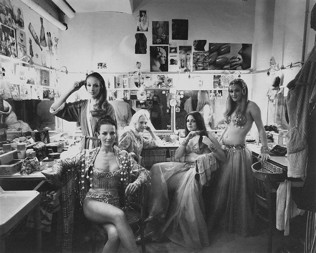 Kobiety siedzące w garderobie