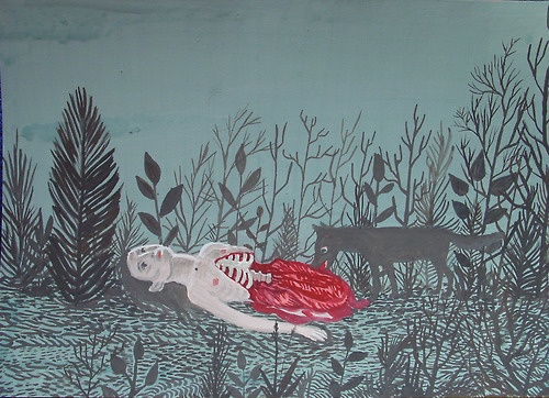 Dziewczyna leżąca bez ciała od pasa w dół, obok wilk