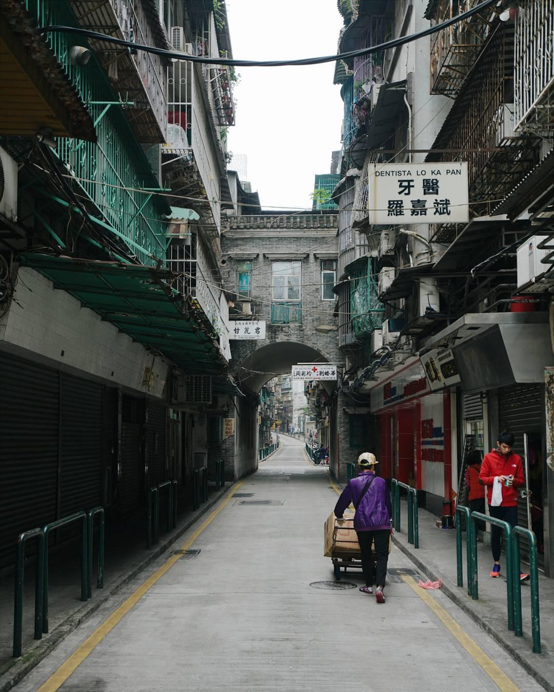 Ulica w Hong Kongu, ulica idzie kobieta w fioletowej bluzce
