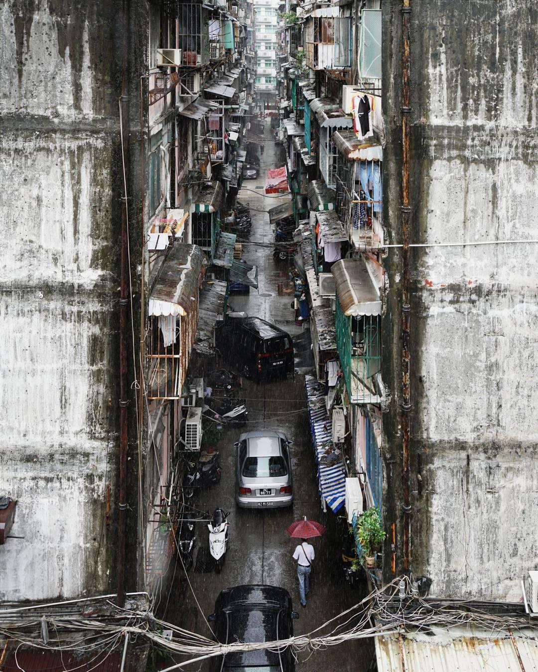 zdjecie uliczki w hong kongu, samochody,balkony