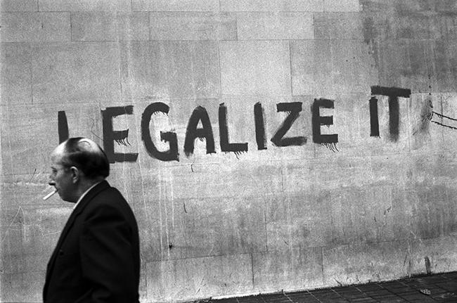 """czarno-biale zdjecie muru z napisem ,,legalize it"""""""
