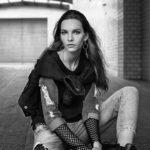 Czarno-białe zdjęcie dziewczyny