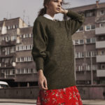 Zdjęcie dziewczyny w czerwonej spódnicy i swetrze