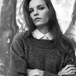 Czarno-biały portret dziewczyny w swetrze i koszuli