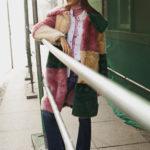Dziewczyna ubrana w kolorowy płaszcz