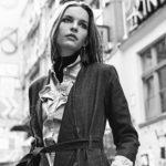 Czarno-białe zdjęcie dziewczyny w płaszczu