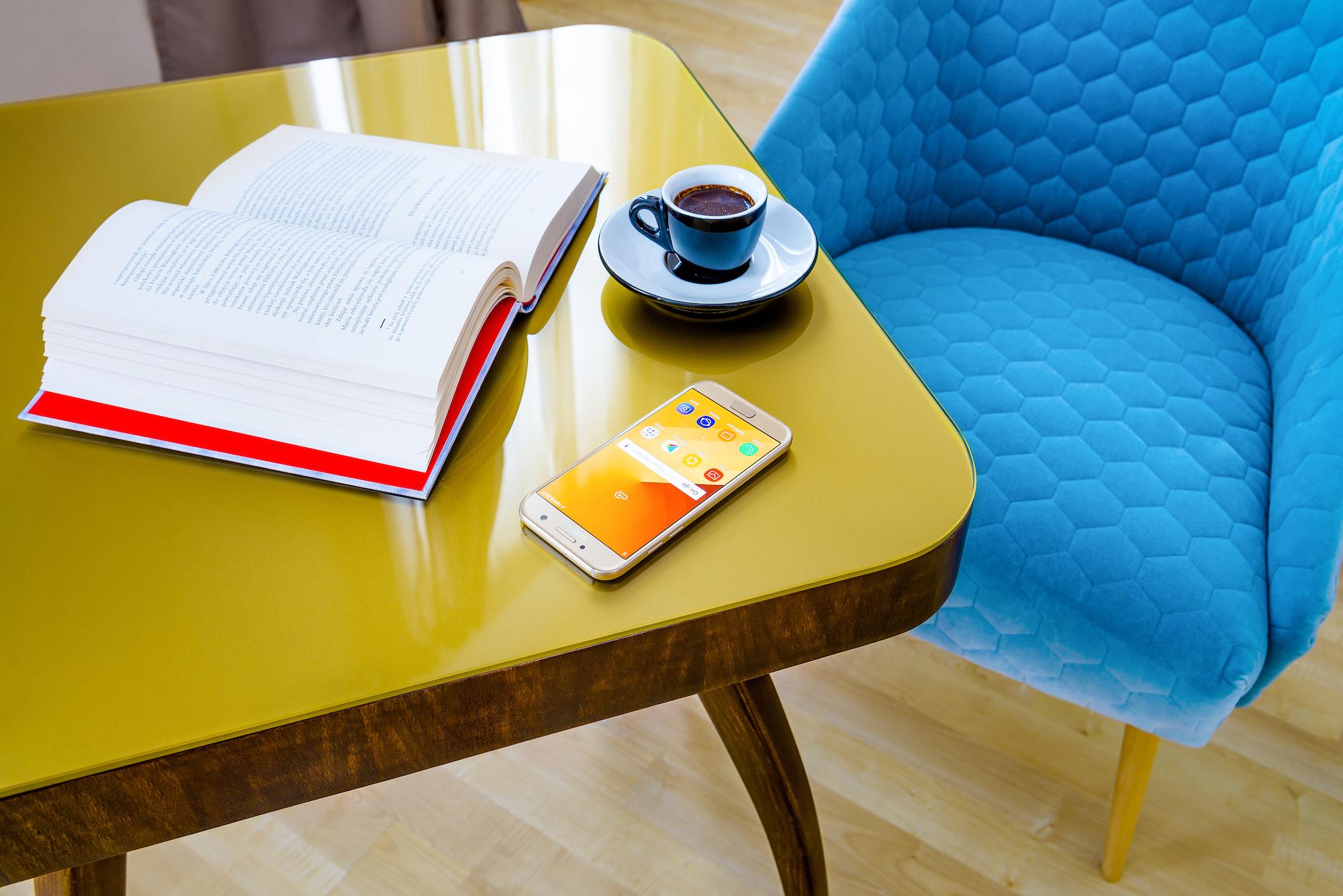 Stolik z niebieskim fotelem