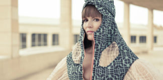 Kobieta ubrana w futurystyczny kostium na tle Barcelony