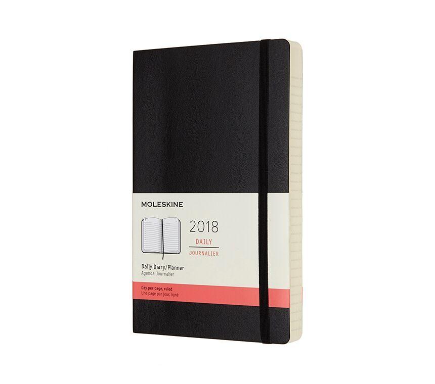 Na bialym tle czarny kalendarz z kumka i kremowa etykieta z czerwonym paskiem