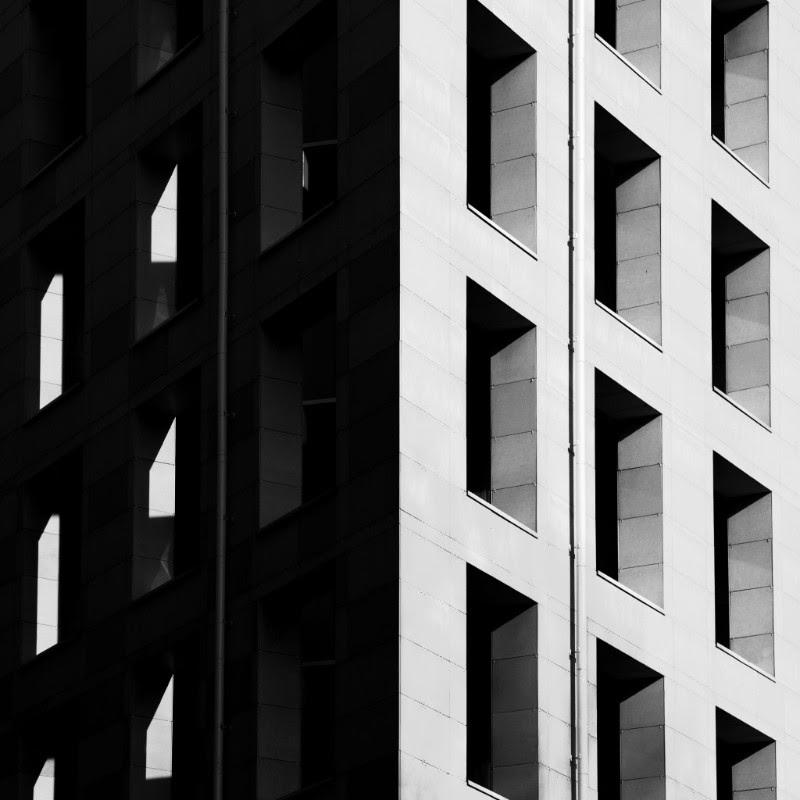 czarno-biale zdjecie budynku mieszkalnego, bloku