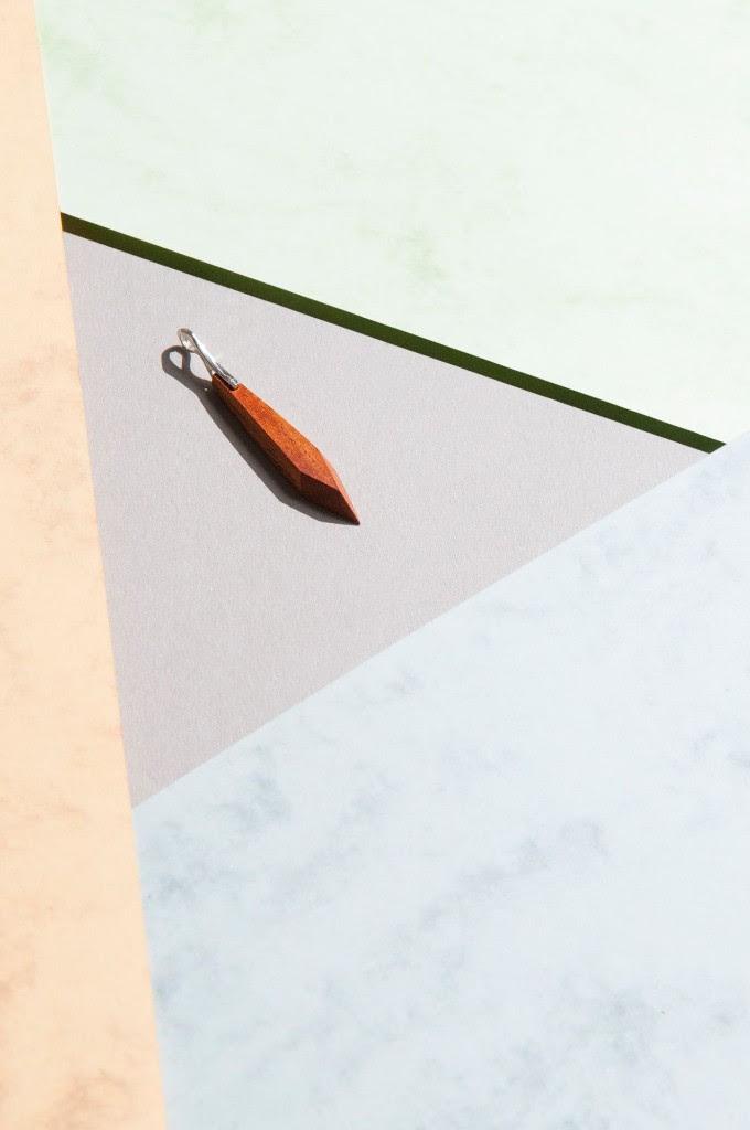 czerwone narzedzie lezace w centrum zdjecia na kartkach