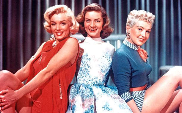3 dziewczyny usmiechają sie