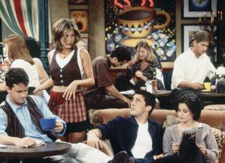 Grupa znajomych siedząca w kawiarnii