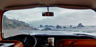 Widok wnętrza vana i morza za oknem