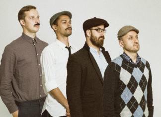 Czterech mężczyzn stojących jeden za drugim