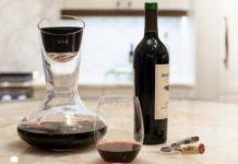Butelka z winem, obok karafka i szklanka