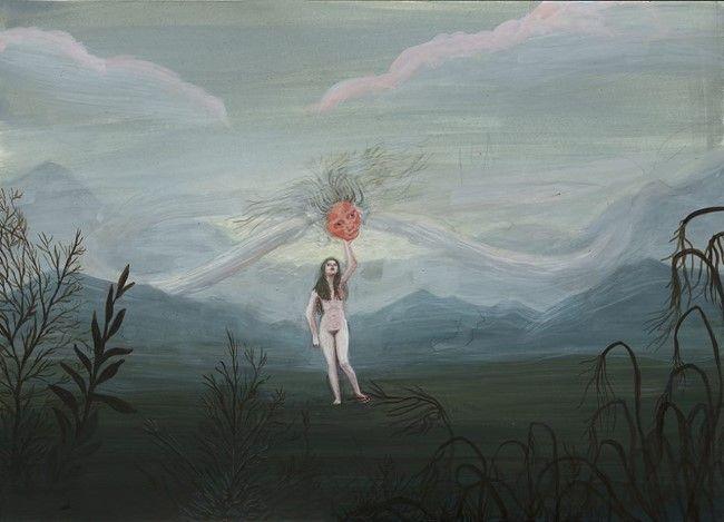 Dziewczyna stojąca na środku polany