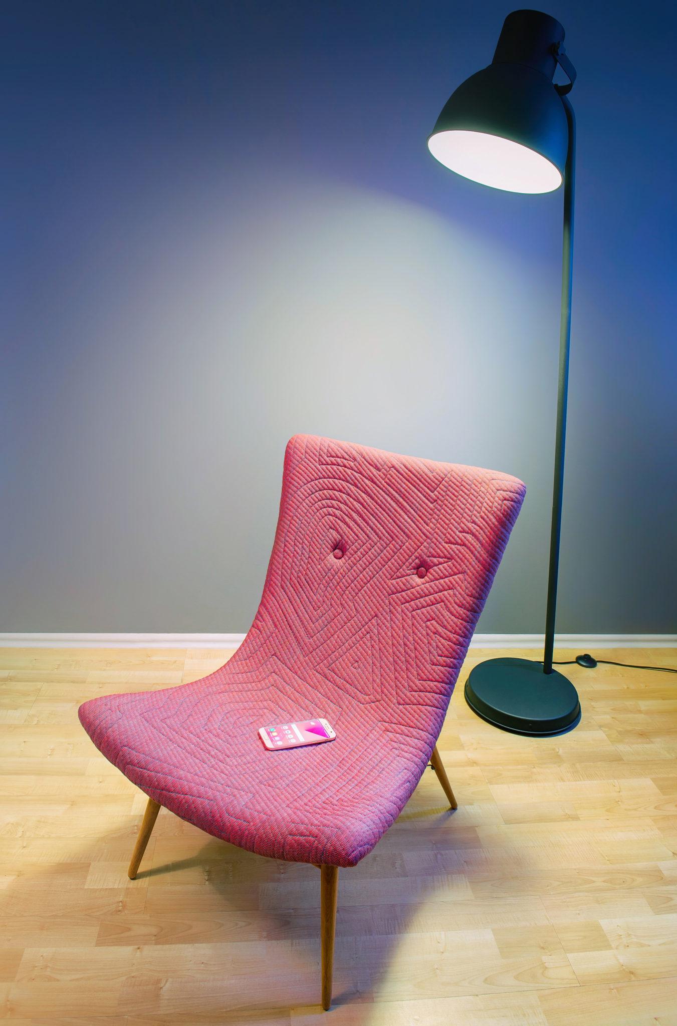 Rózowy fotel z telefonem