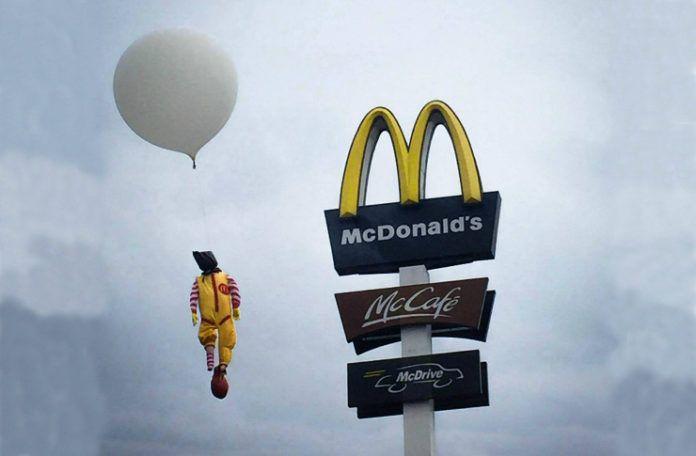 Ronald McDonald wiszacy na logo Mc Donalds