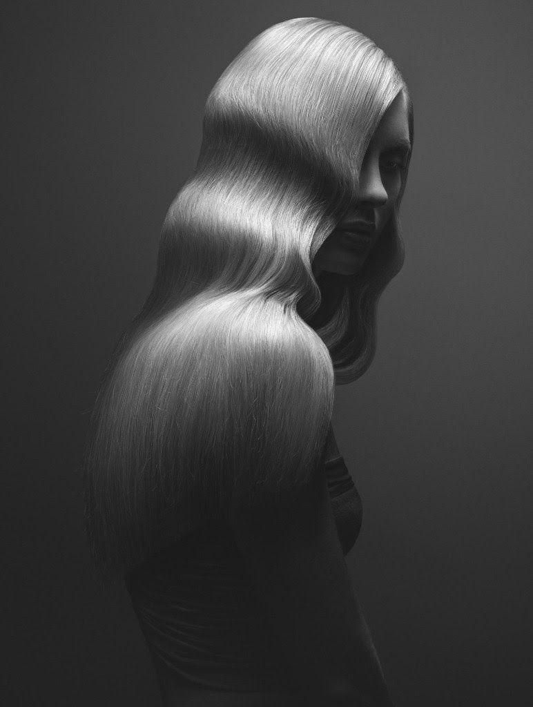 czarno-biale zdjecie blondynki w dlugich falowanych wlosach