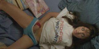 Masturbująca się kobieta leżąca na łóżku