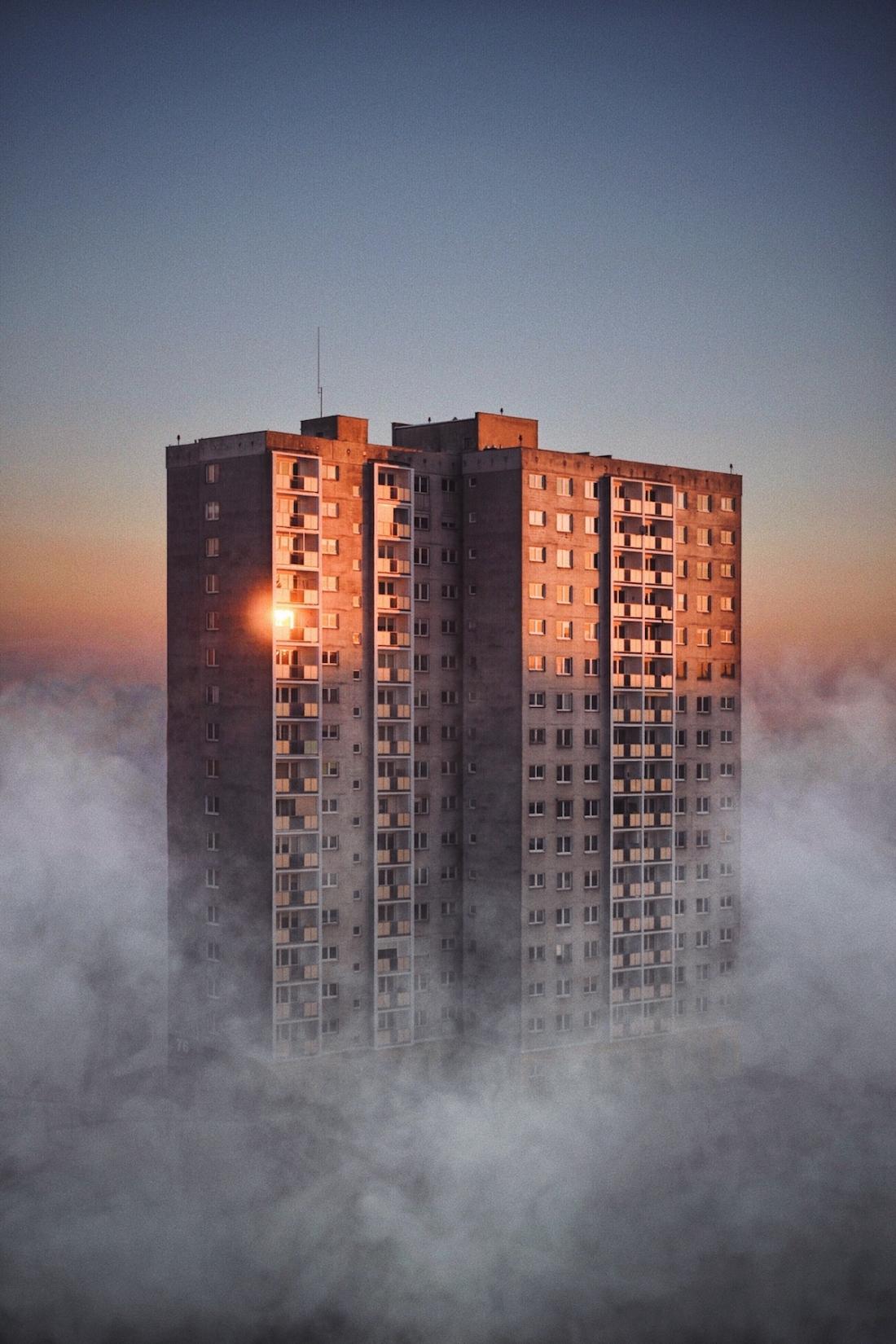 wysoki budynek otoczony wysoka mgla