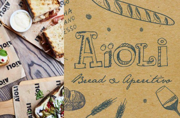 Kartka reklamująca nowe Aioli i jedzenie na stole