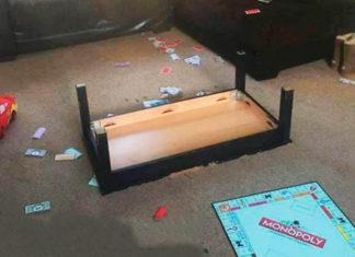 Przewrócony stolik i gra monopoly